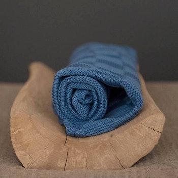 Stickad babyfilt mörk-blå