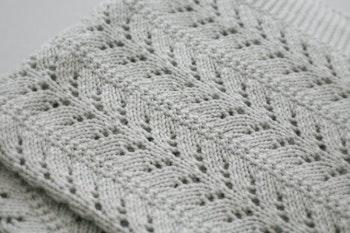 Stickad babyfilt grå