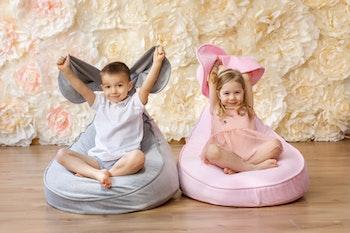 Barn som sitter i en gosig sittsäck från Only Handmade