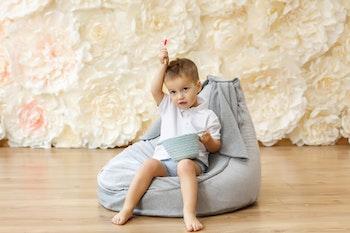 Liten pojke som sitter i en sittsäck från Only Handmade