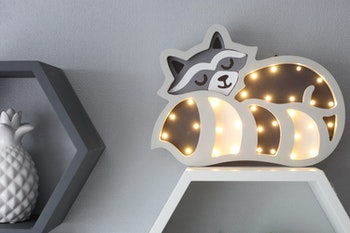 Nattlampa för barn i form av en tvättbjörn