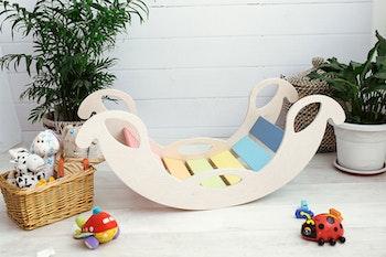 Färgglad trägunga - golvgunga - en utvecklande leksak