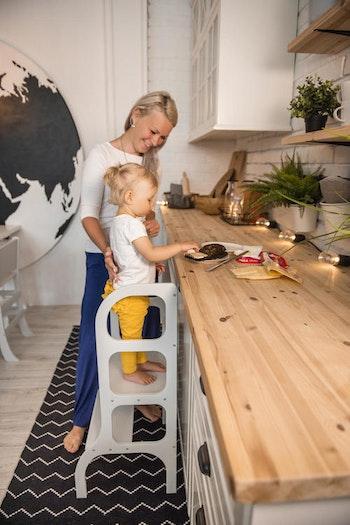 Barn som hjälper till att laga mat i en learnign tower från Only Handmade