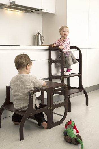 Barn som leker pedagogiska lekar i köket med en learning tower från Only Handmade