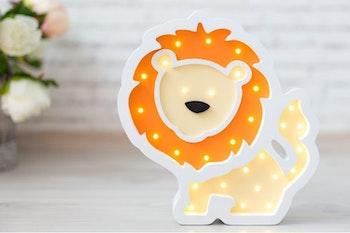 Lejon - nattlampa för barn i trä med LED lampor