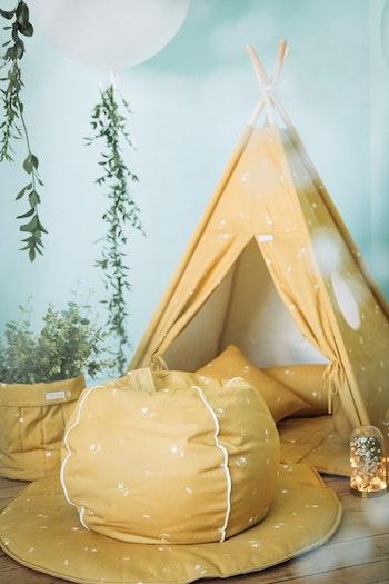 Tipi tält Honung i senapsgult med en sittpuff