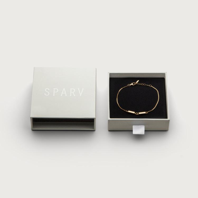 Linked bracelet box