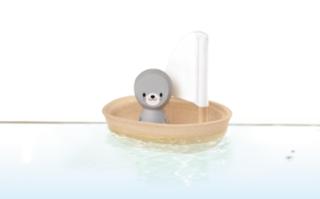 Ekologisk badleksak i trä säl i en båt från Plantoys