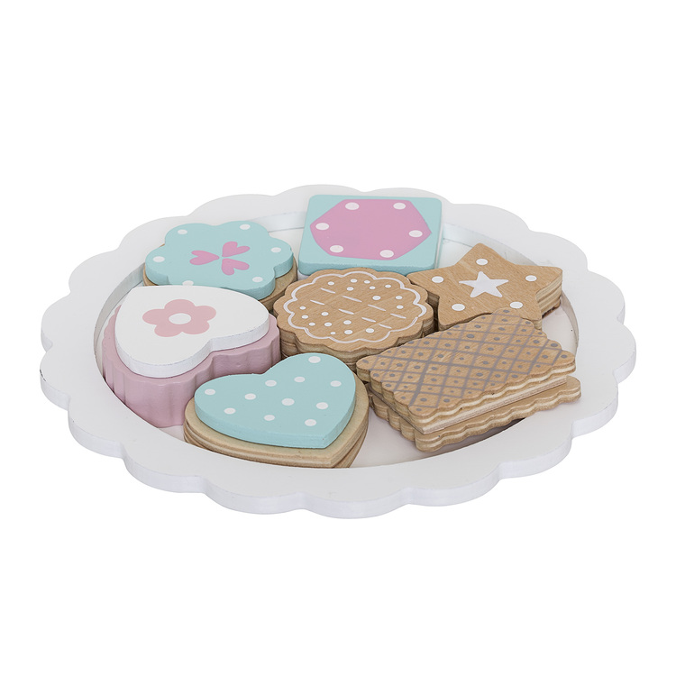 Leksaks kakor på ett vitt kakfat i trä från Bloomingville Mini