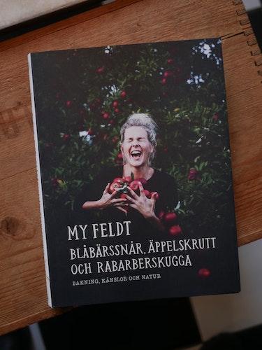 Signerad bok! Blåbärssnår, äppelskrutt och rabarberskugga : Bakning och känslor genom naturen