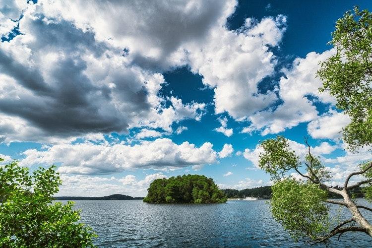Utsikt mot sjön och en ö motsvarar en situation då du vill överklaga grannens bygglov.