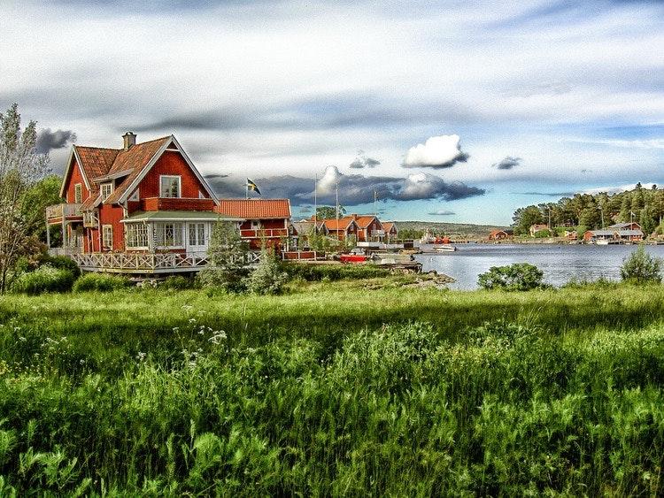 Rött hus vid havet illustrerar en situationdå man vill överklaga grannens förhandsbesked.
