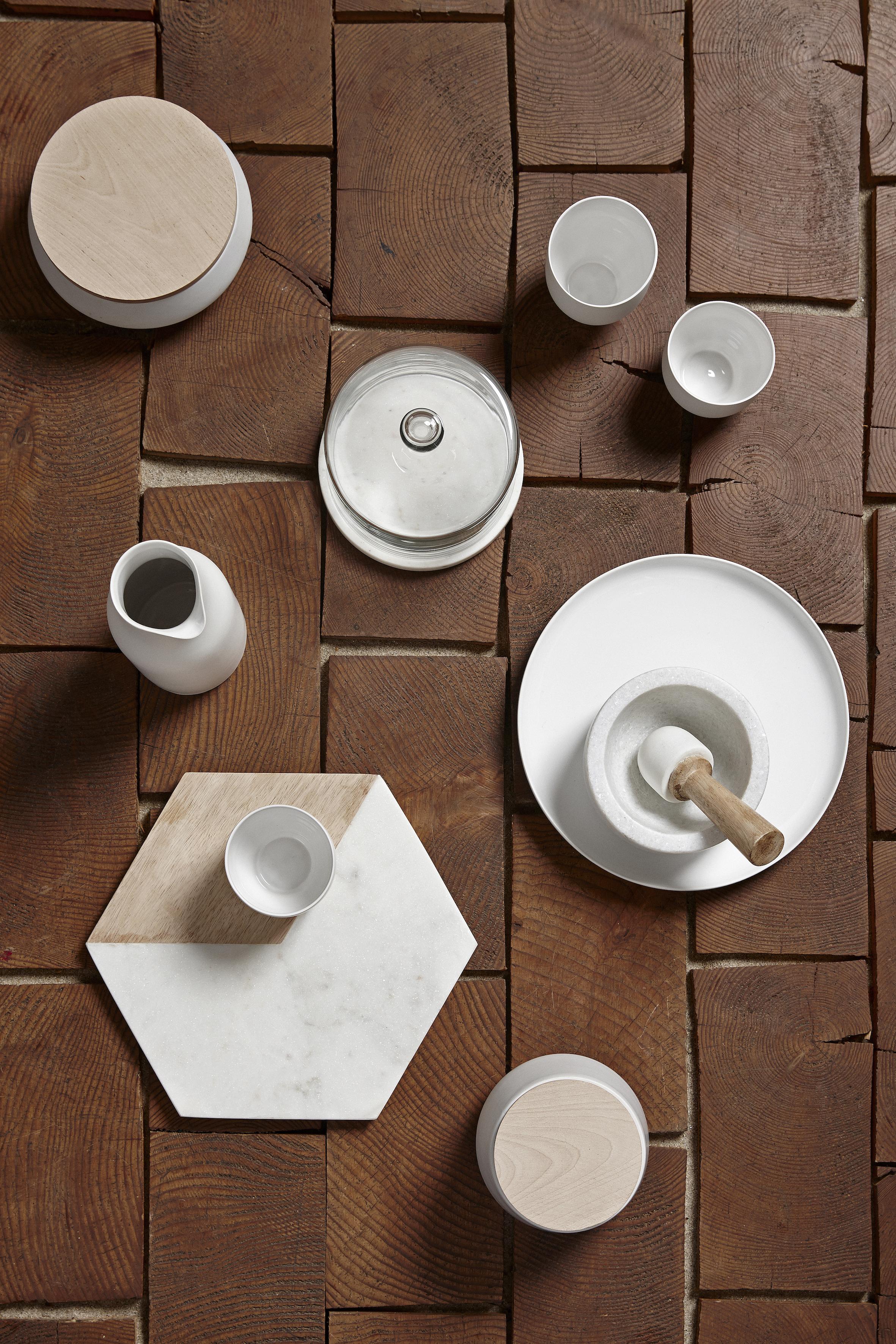 Alldeles fantastisk vit keramikburk med naturfärgad trälock från danska Hübsch