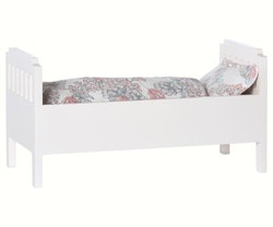 BED W. BEDDING, SMALL, WHITE