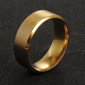 Titaniumring, guldfärgad 22mm, herrmodell, mönstrad