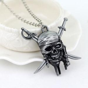 Pirat med döskalle halsband