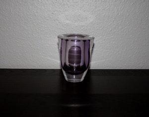 Lila glasvas från Kosta, signerad