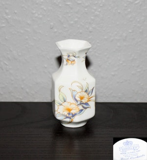 En liten vas från Aynsley i serien Just Orchid