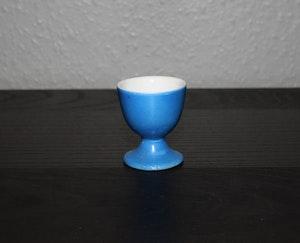 Blå äggkopp med vitt innamäte