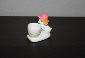 Äggkopp en kyckling som vaktar koppen