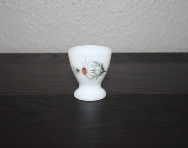 äggkopp i vitt kompakt pressglas med prästkrage