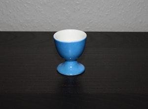 Blå äggkopp med vit insida