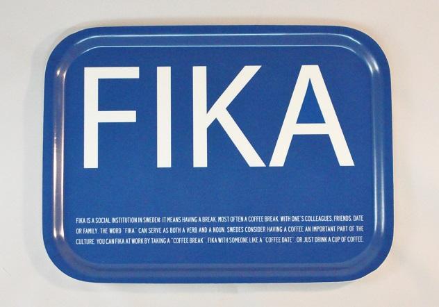 FIKA bricka engelsk text blå