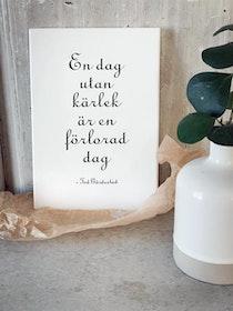 """Trätavla """"En dag utan kärlek..."""" A5 vit"""