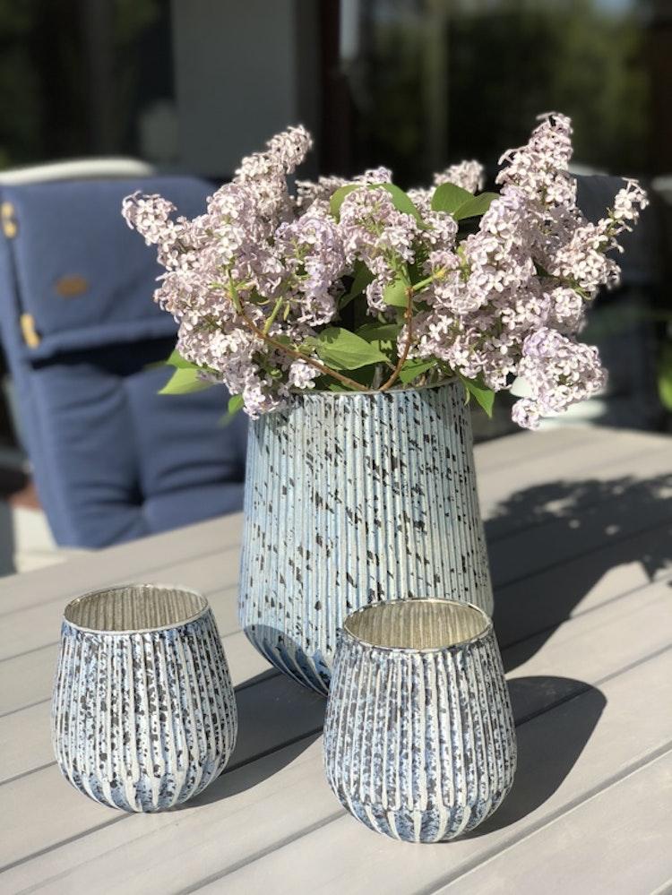 Lisa, vacker antikbehandlad ljuslykta, vas i glas från Affari of Sweden. Blå