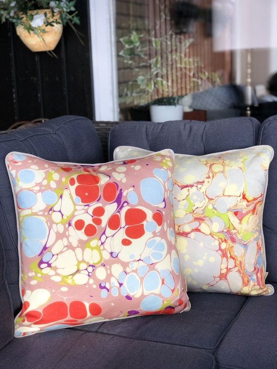 Kudde, Pink Blue Blobby och Grey Organic från Susi Bellamy