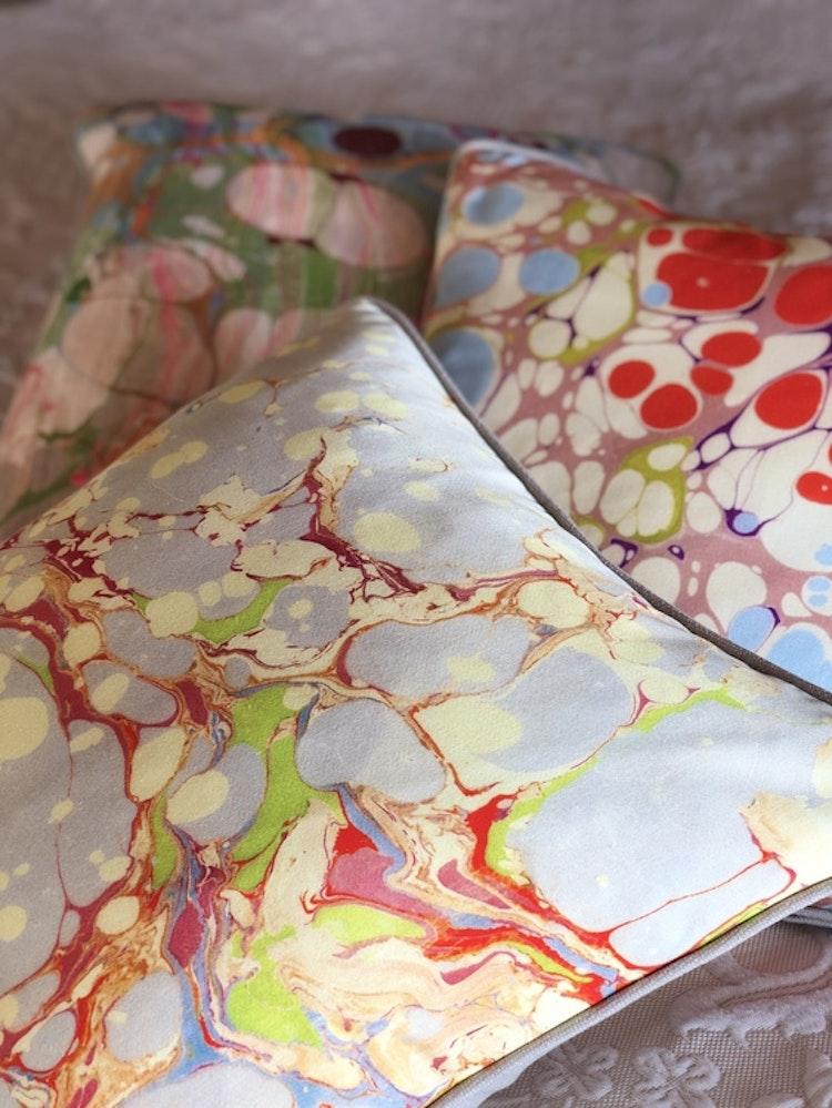 Kudde, Grey Organic, Pink Blue Blobby och Beige Ripple från Susi Bellamy