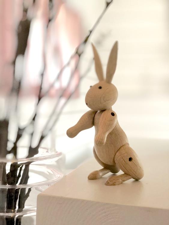 Kay Bojesen, kanin, på trappa