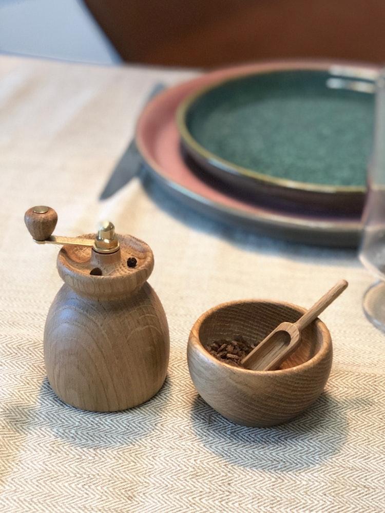 Saltkar med sked i ek, Kay Bojesen, pepparkvarn i ek, menageri