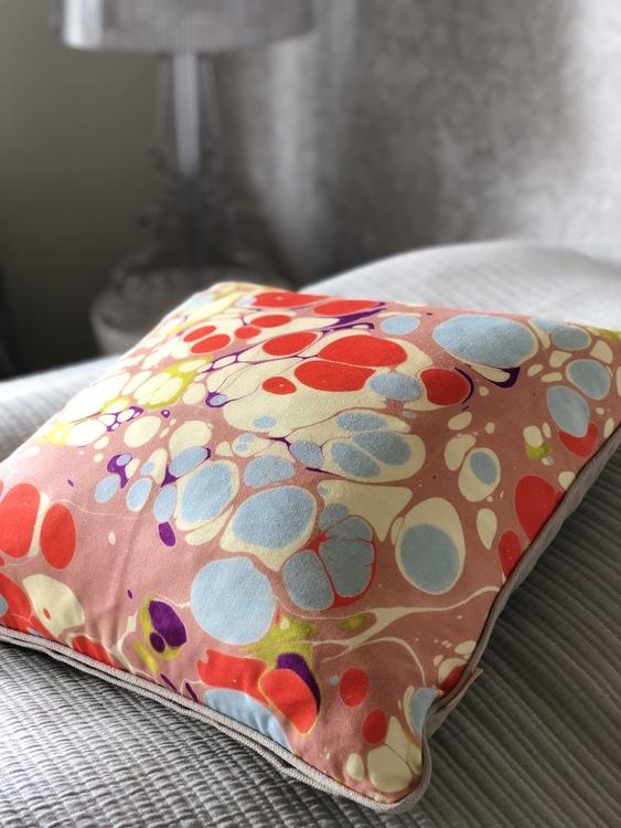 Kudde, Pink Blue Blobby från Susi Bellamy