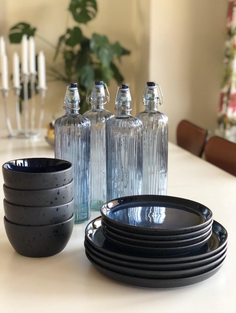 Bitz Kusintha Vattenflaska 1,2 liter blå, tallrik Gastro 21 och 27 cm svart/mörkblå, skål 14 cm svart/mörkblå