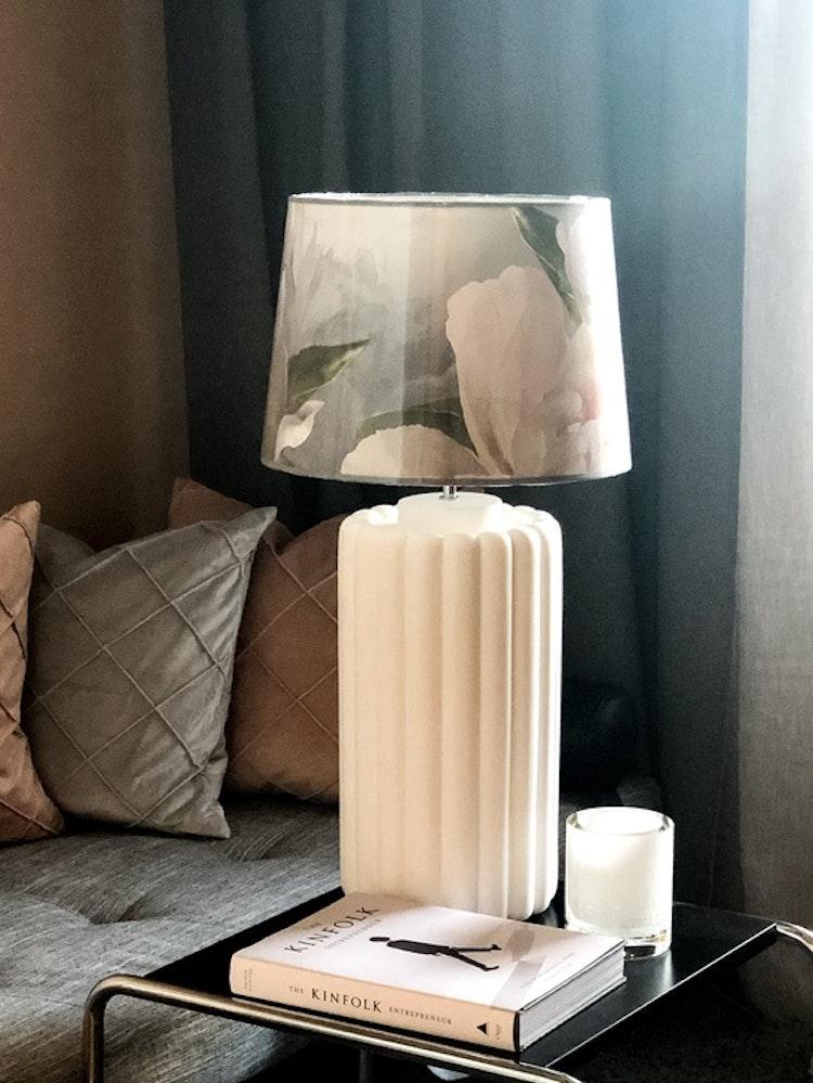Lampfot Odessa, vit, lampskärm Peonia grande, Designers Guild, Hallbergs belysning