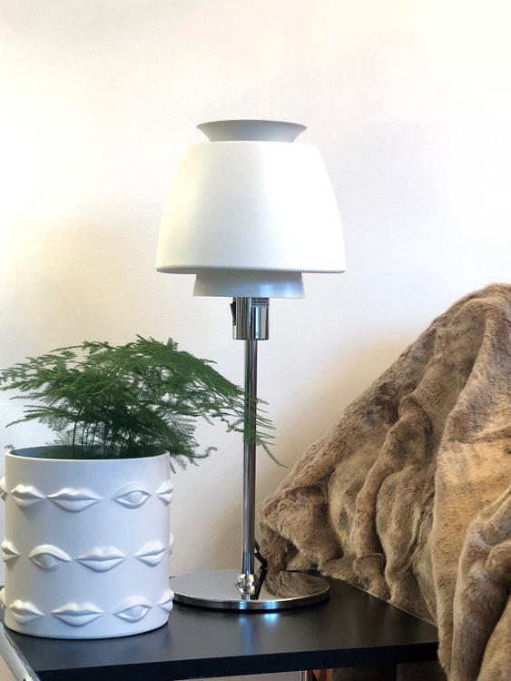 Bordslampa Buzz, Ateljé Lyktan, vit, kruka Ego, Hallbergs belysning