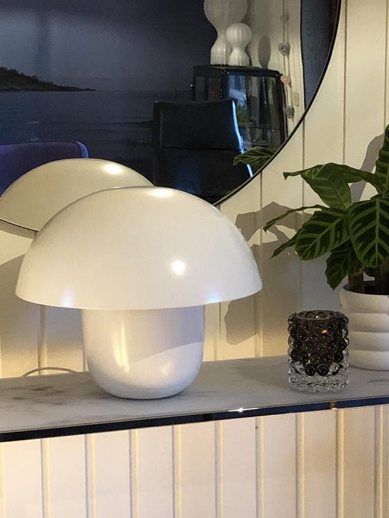 Bordslampa Carl-Johan, liten, vit, Olsson & Jensen, svamplampa, Hurricane Lamp Boule smoky grey, Skogsberg&Smart, kruka Mud, vit, medium, DBKD