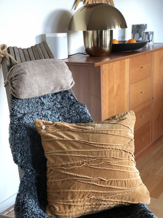 Kuddfodral Traces, gul, Jakobsdals textil, 50x50 cm, bordslampa Carl-Johan liten