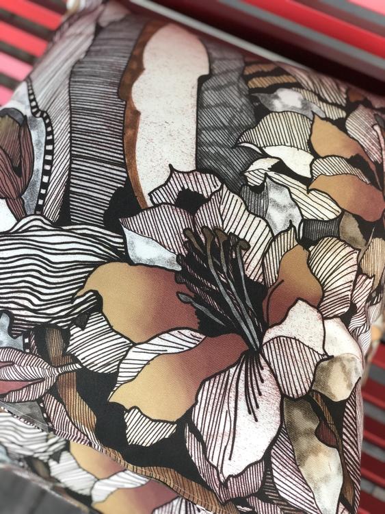Kuddfodral Modern Art Outdoor, brun, Jakobsdals textil, 60x60 cm, närbild