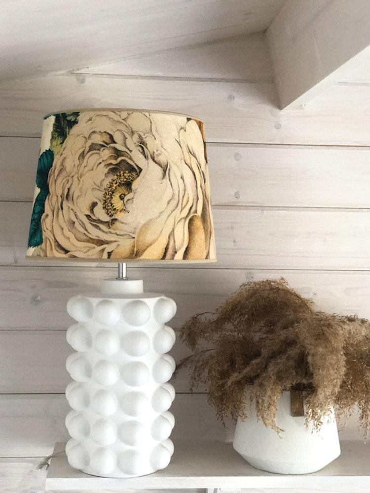 Lampfot Bubbels, matt vit, medium, 38 cm, Lampskärm The Rose 30, tyg från Designers Guild, Hallbergs belysning
