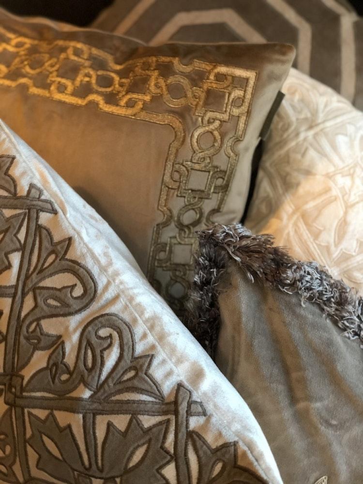 Kuddfodral Queen, sammet vit/ivory,  T. Herman, 50x50 cm