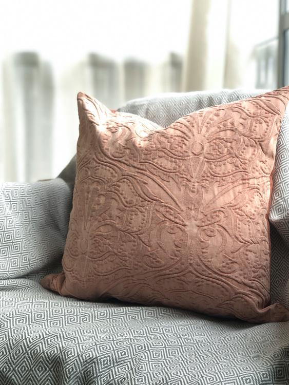 Kuddfodral Paolo, rosa, 45x45 cm.  Elegant enfärgat kuddfodral med en vacker broderad design
