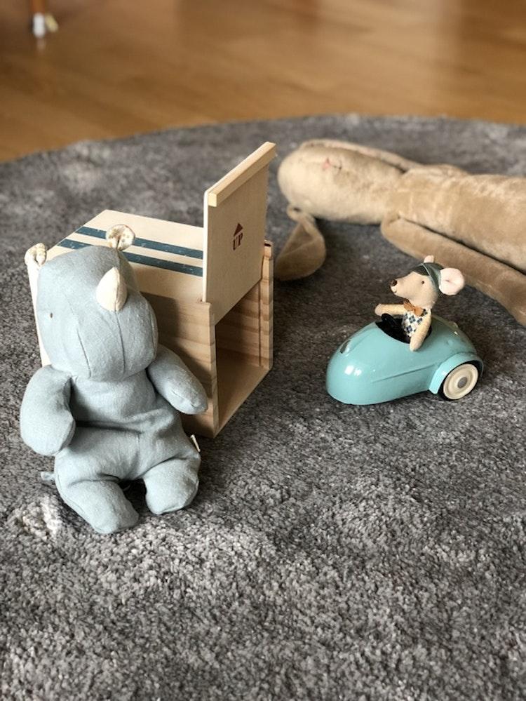 Mus, bil och garage, blå, Maileg, noshörning, Safari friends, small, blå/grå