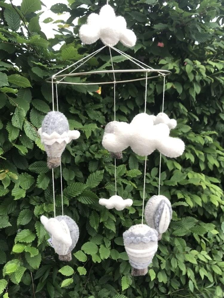 Mobil, luftballonger med moln, grå, Gamcha
