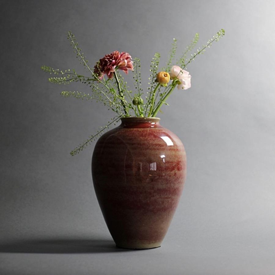 Riche Rouge Vase, Glased. Ger ett vackert blickfång. Handgjord keramikvas i toner som går från rosenträ till dov kastanj. Anspråkslös form med modiga karaktärsdrag. The Arni Concept