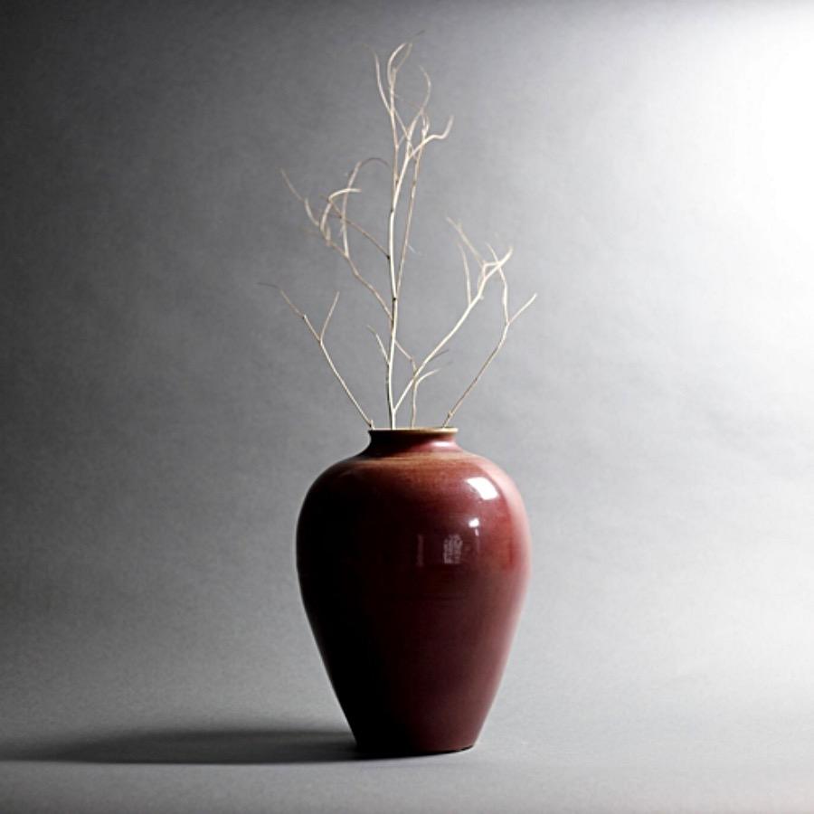 Riche Rouge Vase, Matte. Ger ett vackert blickfång. Handgjord keramikvas i toner som går från rosenträ till dov kastanj. Anspråkslös form med modiga karaktärsdrag. The Arni Concept.