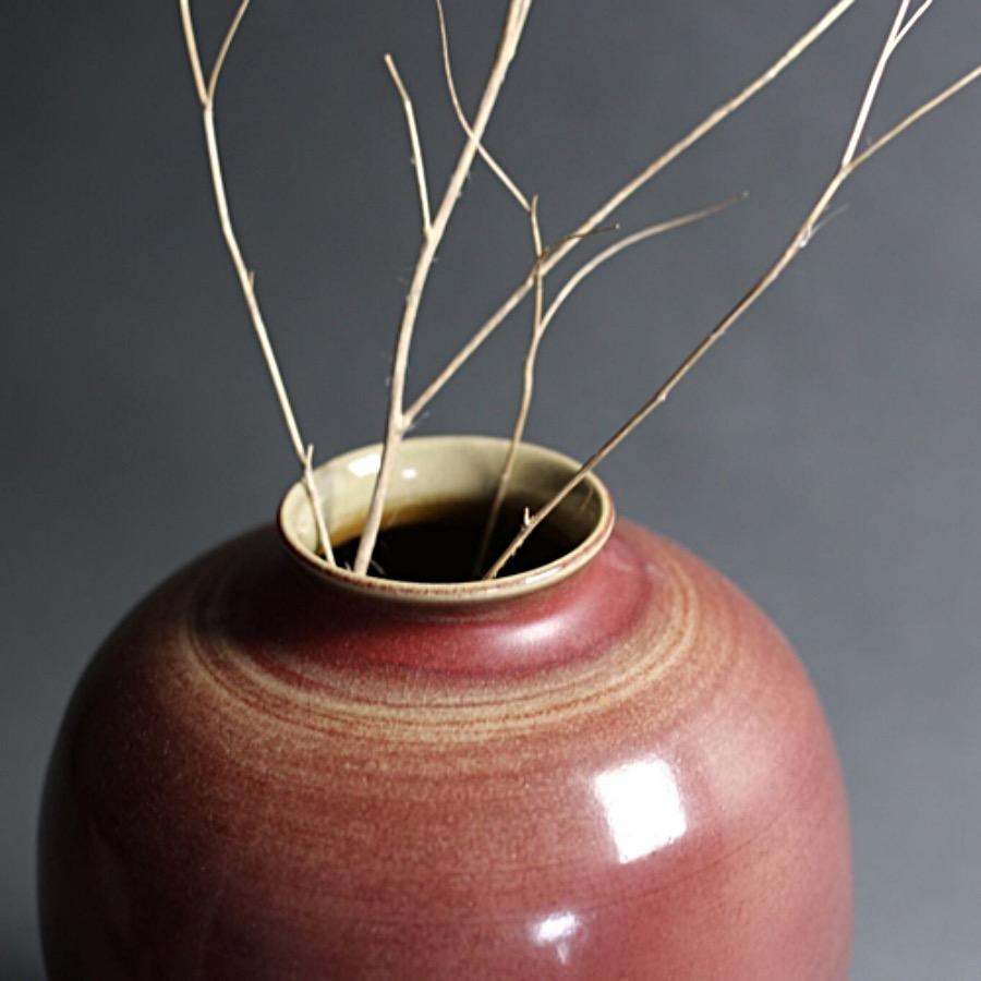 Riche Rouge Vase, Matte. Ger ett vackert blickfång. Handgjord keramikvas i toner som går från rosenträ till dov kastanj. Anspråkslös form med modiga karaktärsdrag. The Arni Concept