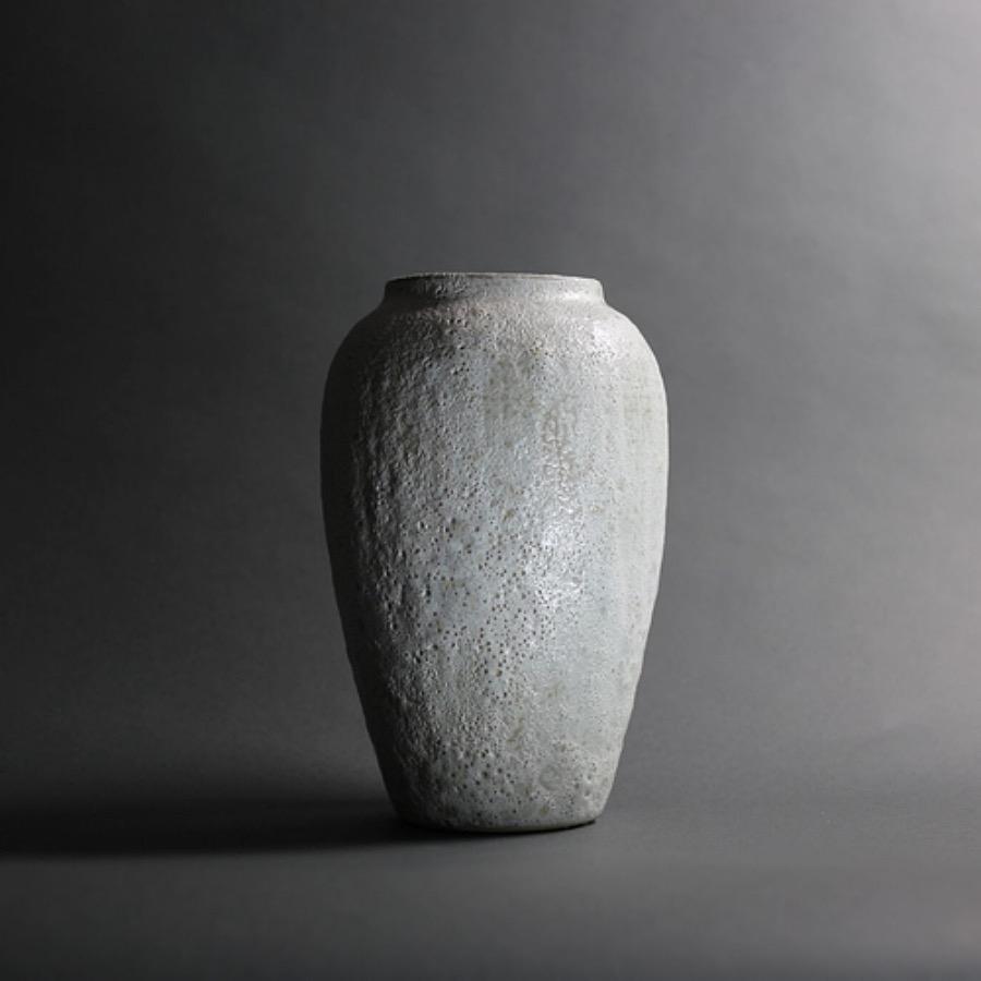 Argile Vase. Handgjord vas av stengods i dov pistagefärgad nyans. Speciell teknik som skapat ett bubbligt och skört ytskikt som speglar ljuset på ett vackert sätt. The Arni Concept