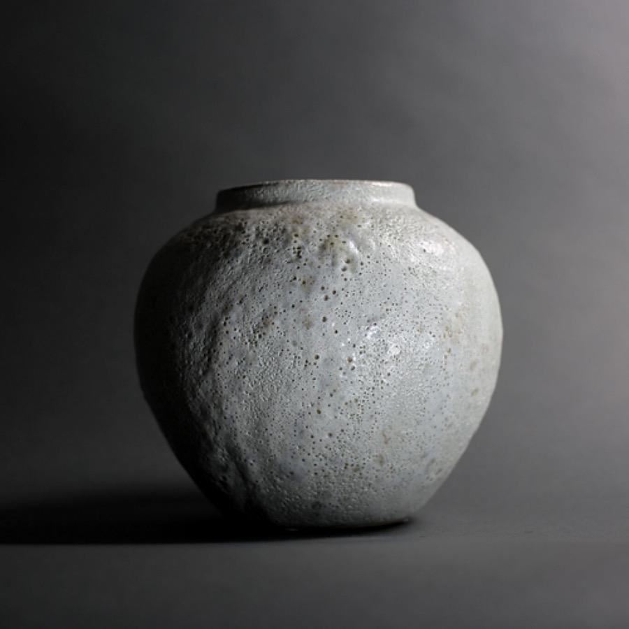 Argile Vase Round. Handgjord vas av stengods i dov pistagefärgad nyans. Speciell teknik som skapat ett bubbligt och skört ytskikt som speglar ljuset på ett vackert sätt. The Arni Concept